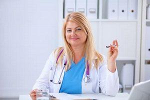 התייעצות עם רופא לנטילת הורמונים להגדלת חזה